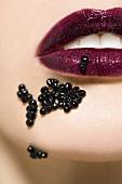 Frau mit Kaviar auf den Mund