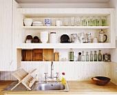 Küchenregal über schlichtem Spülbecken mit Abtropfgestell aus Holz
