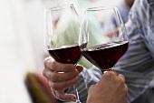 Mit Rotwein anstossen