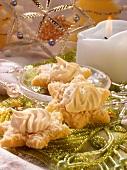 Kokossterne mit Baiserhäubchen