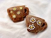 Gingerbread cups with flower decoration