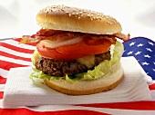 Hamburger mit Bacon auf USA-Flagge