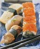 Nigiri-Sushi mit Makrele, Aal und Eierstich; Maki-Sushi