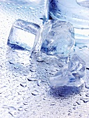 Eiswürfel auf Metallplatte mit Wassertropfen