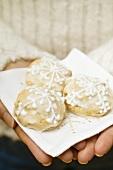 Hands holding Elisen gingerbread on napkin