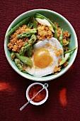 Quinoa mit Ajvar, grünem Spargel und Spiegelei