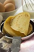 Pfannkuchen in Pfanne stapeln