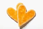 Zwei Herzplätzchen mit Glasur, gezuckert