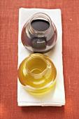Olivenöl und Balsamicoessig in Gläsern