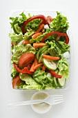 Blattsalat mit Gemüse und Saure-Sahne-Dressing zum Mitnehmen