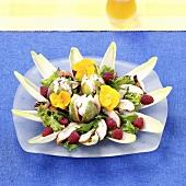 Chicoreesalat mit Feigen, Himbeeren und Hähnchenbrust