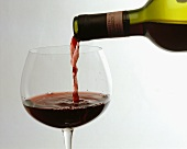 Chianti Classico wird in ein Rotweinglas eingeschenkt