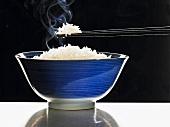 Eine Reisschale mit dampfenden Reis