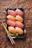 Tablett mit Nigiri-Sushi zum Mitnehmen