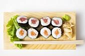 Maki-Sushi mit Thunfisch und Lachs auf Sushibrett