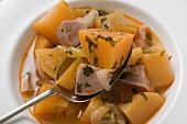 Kartoffeleintopf mit Wurst (Nahaufnahme)