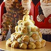 Weihnachtspyramide aus süssen Profiteroles
