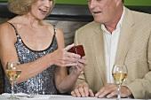 Mann schenkt Frau einen Ring