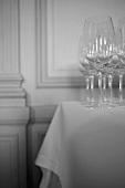 Weingläser auf einem Restauranttisch