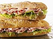 Zwei Baguettesandwiches mit Schinken
