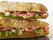 Zwei Baguettesandwiches mit Parmaschinken