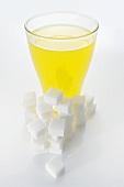 Orangenlimo & Würfelzucker (Symbolbild: hoher Zuckergehalt)