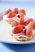 Törtchen mit Erdbeercreme und Geleebonbons