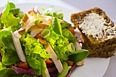Salad with strips of chicken breast and wholemeal bread