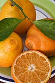 Ganze Tangerinen und eine halbe Tangerine