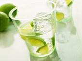 Mineralwasser mit Limettenstückchen und Eiswürfel