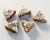 Gingerbread triangles sprinkled with meringue