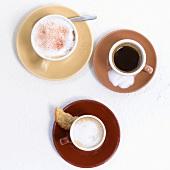 Kaffee, Cappucchino und Espresso, je eine Tasse