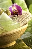 Beauty-Gel und Orchideenblüte in Bambusschale
