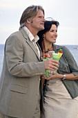 Paar am Meer mit Cocktails