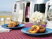 Gebackener Pfirsich mit Nussfüllung, im Hintergrund Wohnmobil