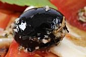 Schwarze Olive auf Tomaten mit Mozzarella