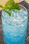 Blue Mojito mit frischer Minze