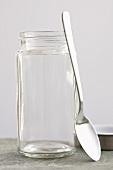 Schraubglas mit angelehntem Löffel