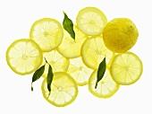 Ganze Zitrone, Zitronenscheiben und Blätter