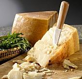 Parmesan mit einem Käsemesser