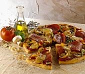 Pizza capricciosa (Pizza mit Salami und Gemüse, Italien)