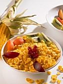 Eine Schüssel Cornflakes mit frischem Obst