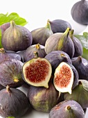 Fresh figs in a heap
