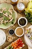 Asiatisches Menü mit Hähnchencurry