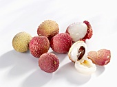 Unpeeled and peeled lychees