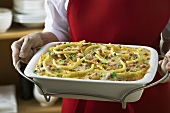 Macaroni gratin with ham and peas