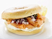 Bagel, with salmon, cream cheese, onion and capers