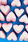 Rosa-weiss-farbene Marshmallow-Herzen