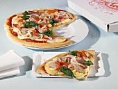 Pizza mit Schinken, Thunfisch und Spinat