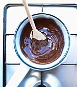 Topf mit flüssiger Schokolade auf dem Herd